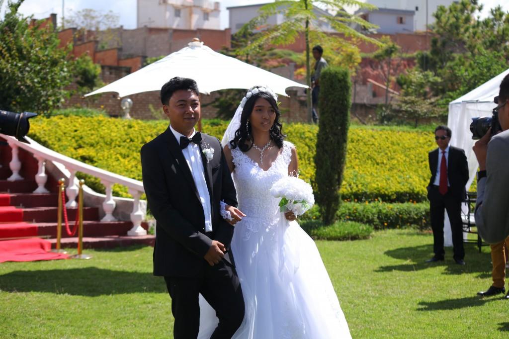 Arrivée-mariés-accueil-jardin-mariage-Toavina-Mbola-espace-Colonnades (6)