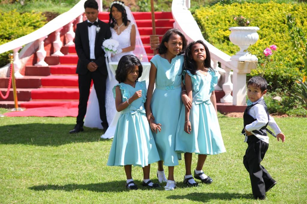 Arrivée-mariés-accueil-jardin-mariage-Toavina-Mbola-espace-Colonnades (7)