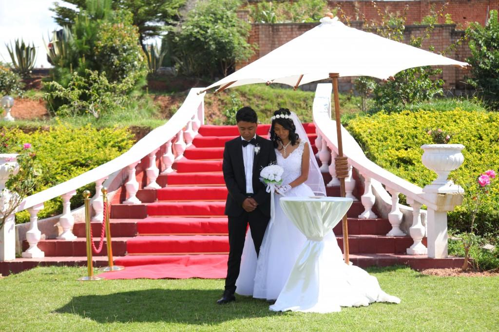 Arrivée-mariés-accueil-jardin-mariage-Toavina-Mbola-espace-Colonnades (8)
