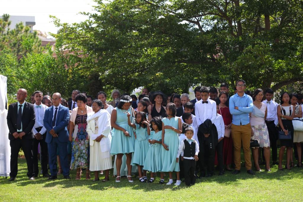 Arrivée-mariés-accueil-jardin-mariage-Toavina-Mbola-espace-Colonnades (9)