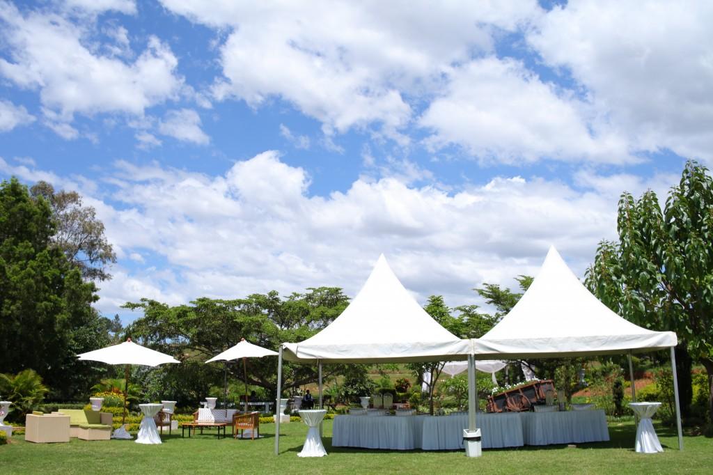 Décoration-extérieur-jardin-mariage-Toavina-Mbola-espace-Colonnades (4)