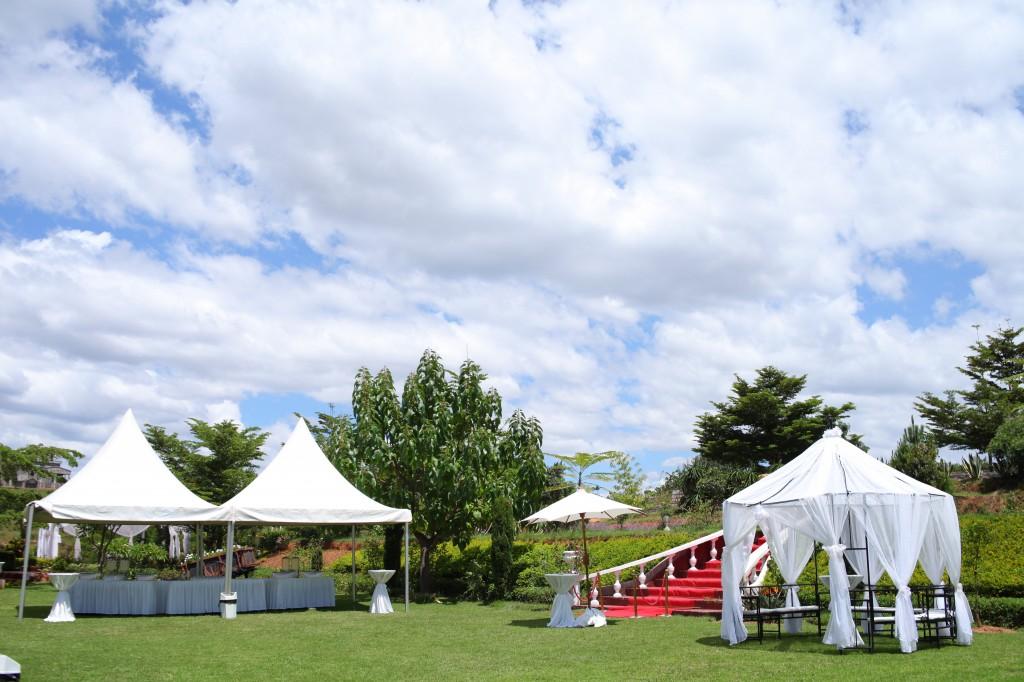 Décoration-extérieur-jardin-mariage-Toavina-Mbola-espace-Colonnades (5)