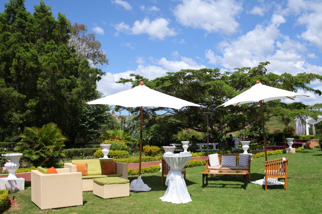 Décoration-extérieur-jardin-mariage-Toavina-Mbola-espace-Colonnades (6)