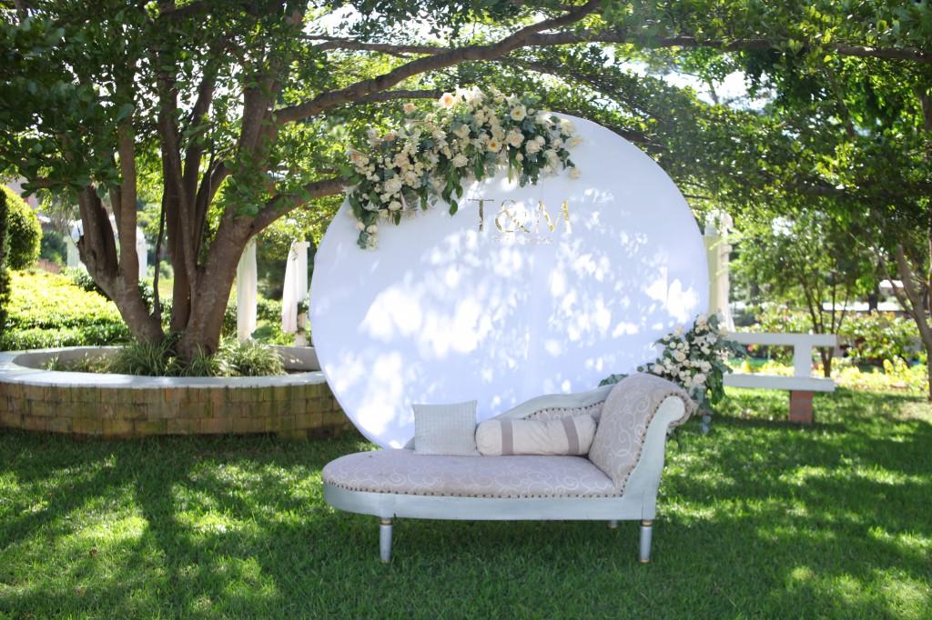 Décoration-extérieur-jardin-mariage-Toavina-Mbola-espace-Colonnades (7)
