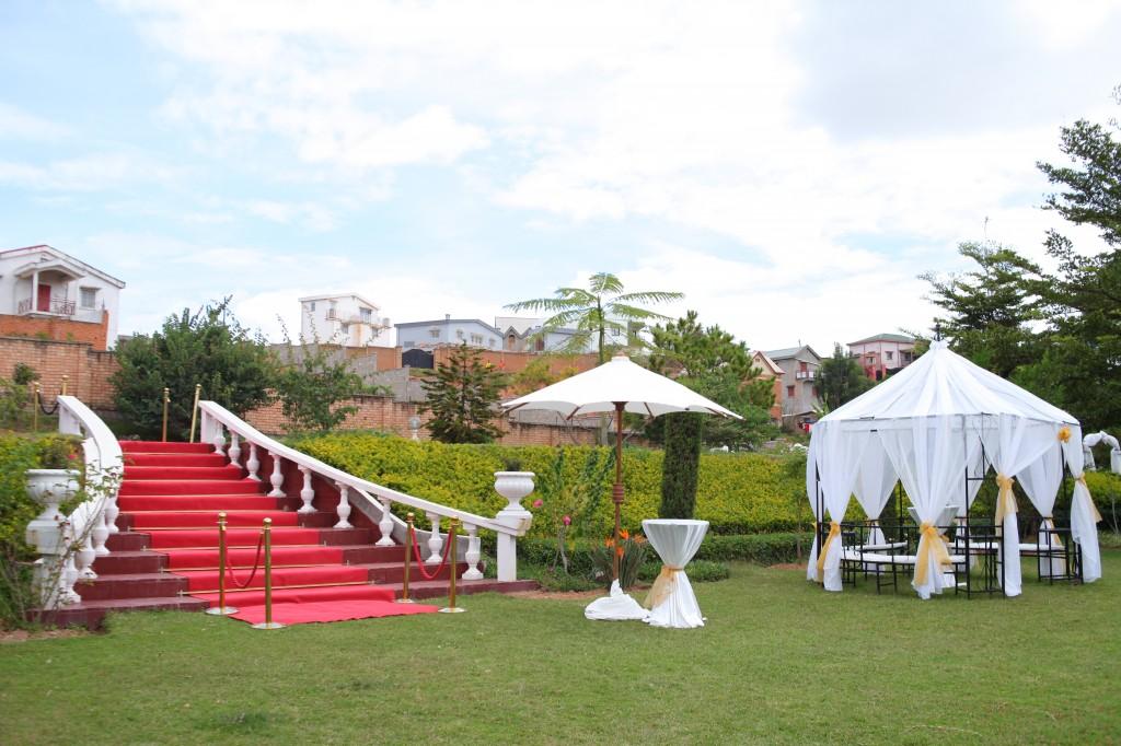 Décoration-externe-jardin-Colonnades-mariage-Aina&Anja (1)