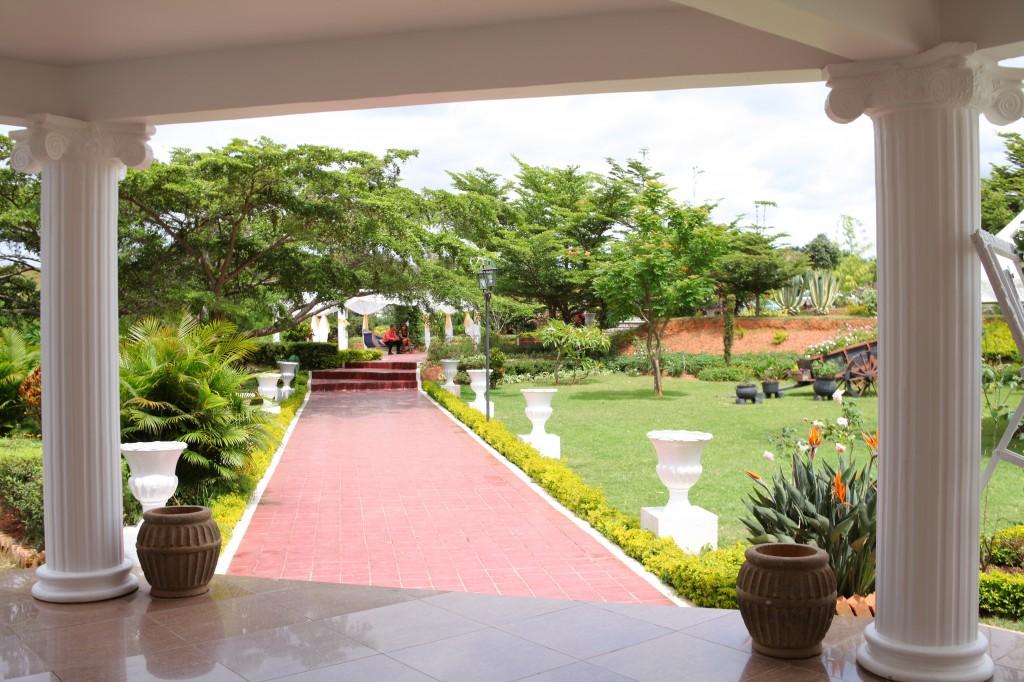 Décoration-externe-jardin-Colonnades-mariage-Aina&Anja (4)