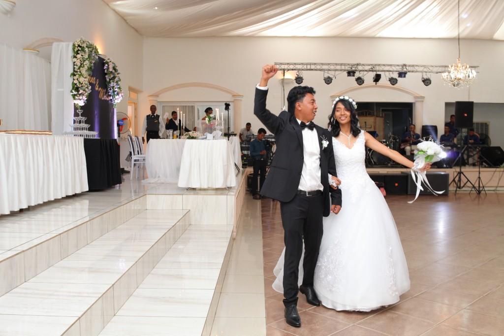 Entrée-salle-réception-mariage-Toavina-Mbola-espace-Colonnades (5)