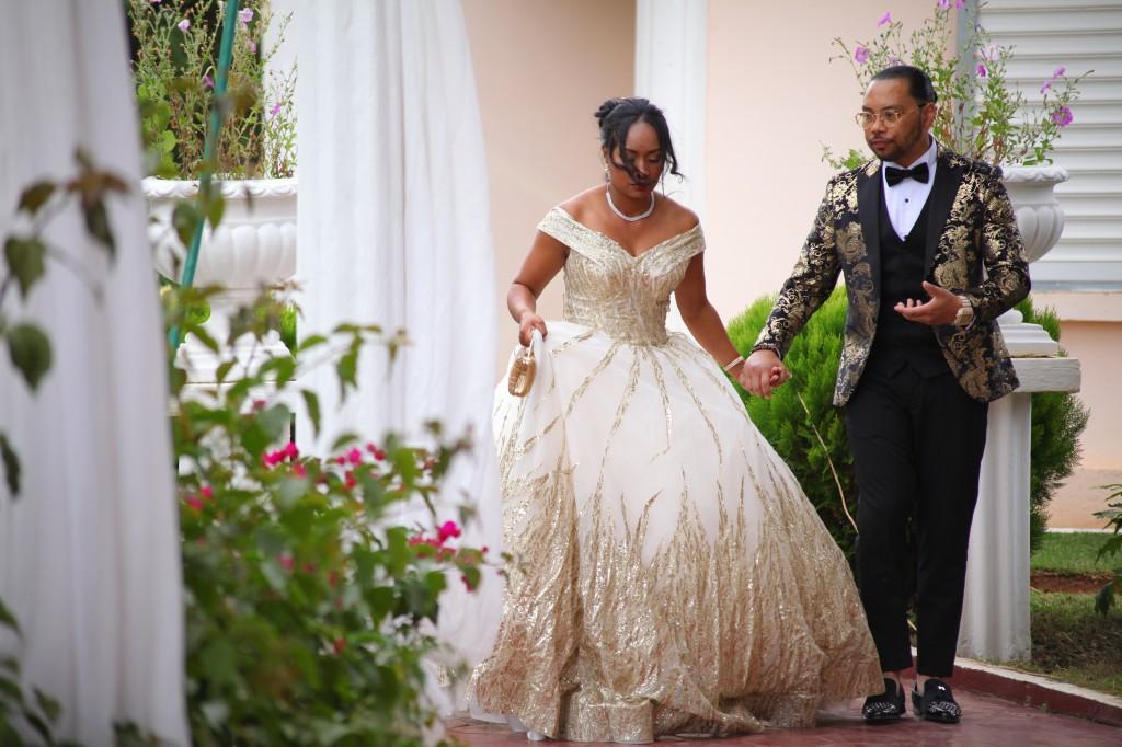 Tapis-rouge-jardin-Colonnades-mariage-Aina&Anja (1)