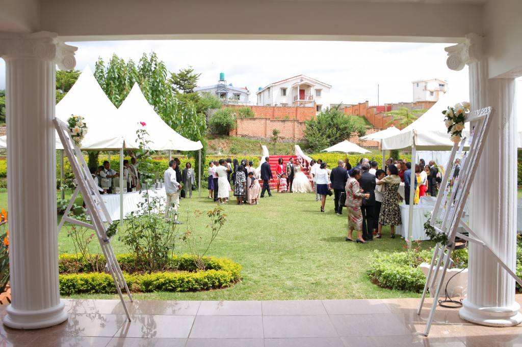 Tapis-rouge-jardin-Colonnades-mariage-Aina&Anja