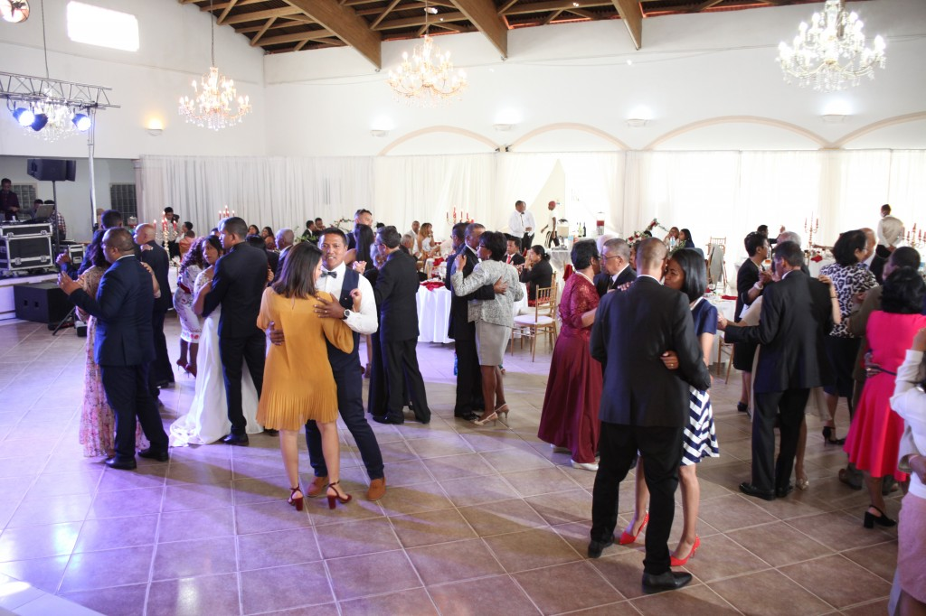 Ambiance-salle-mariage-Antananarivo-Colonnades-Tojo-Irina (8)