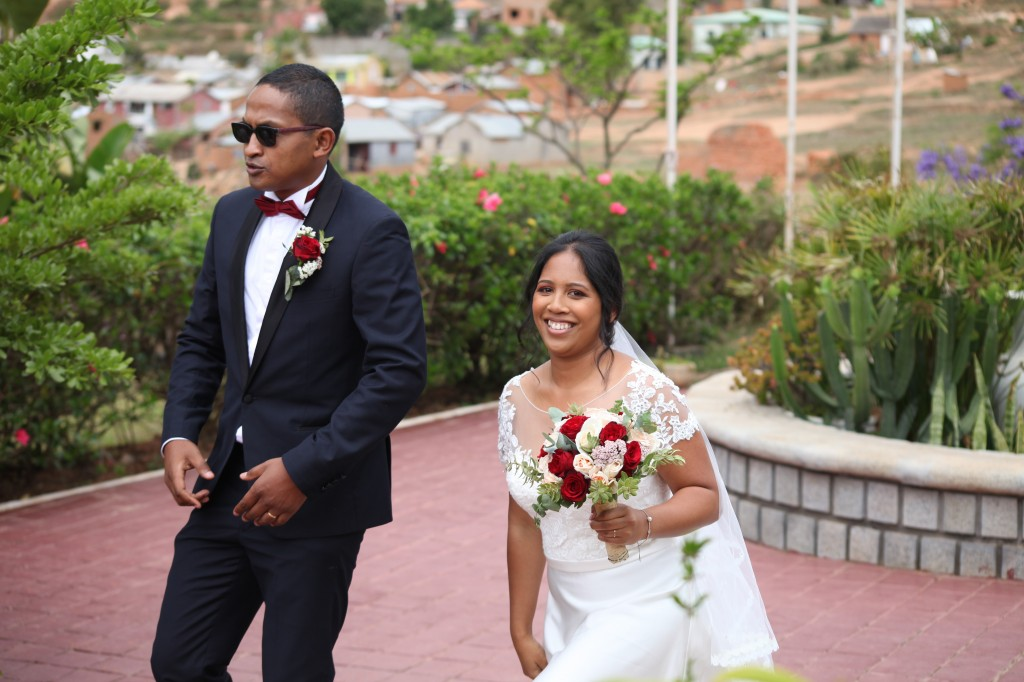 Arrivée-mariés-mariage-Antananarivo-Colonnades-Tojo-Irina (2)