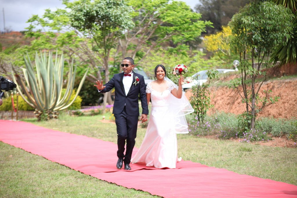 Arrivée-mariés-mariage-Antananarivo-Colonnades-Tojo-Irina (3)