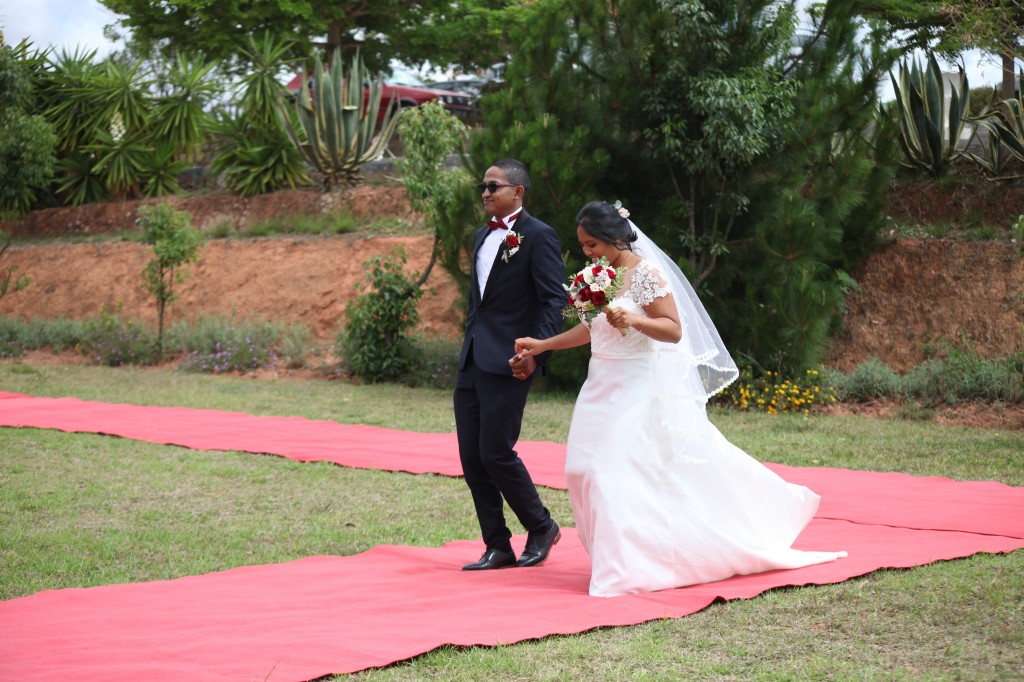 Arrivée-mariés-mariage-Antananarivo-Colonnades-Tojo-Irina (4)