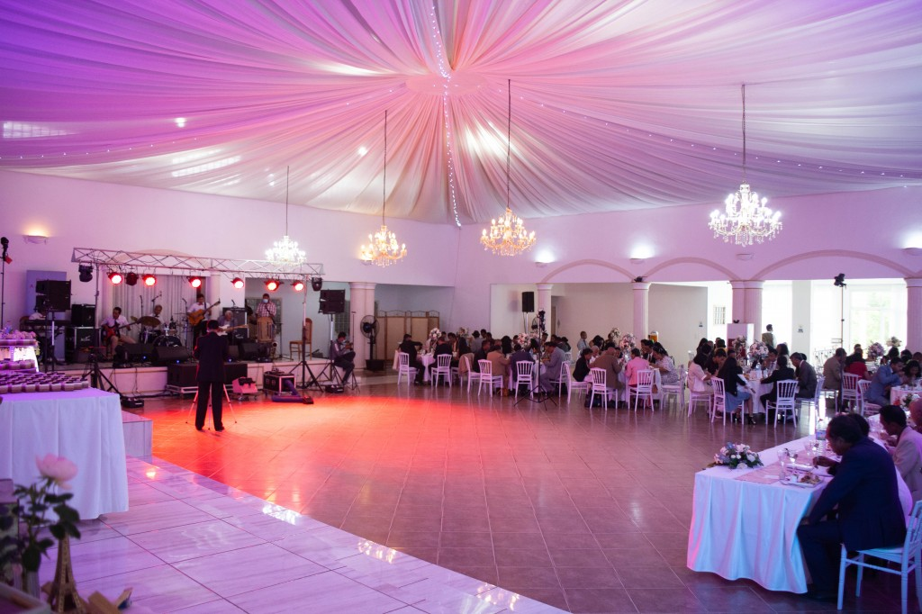 Ambiance-salle-buffet-espace-colonnades-Mariage-tahiana&kanto-photosary (2)
