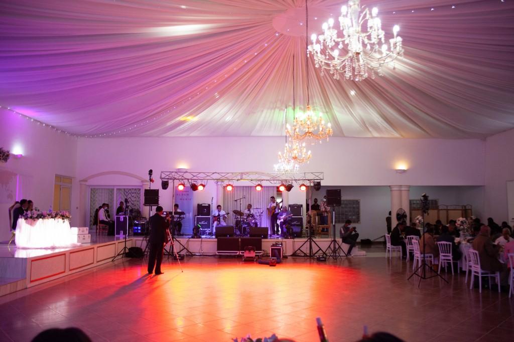 Ambiance-salle-buffet-espace-colonnades-Mariage-tahiana&kanto-photosary (3)