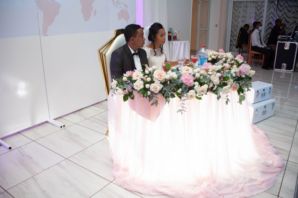 Ambiance-salle-buffet-espace-colonnades-Mariage-tahiana&kanto-photosary (4)