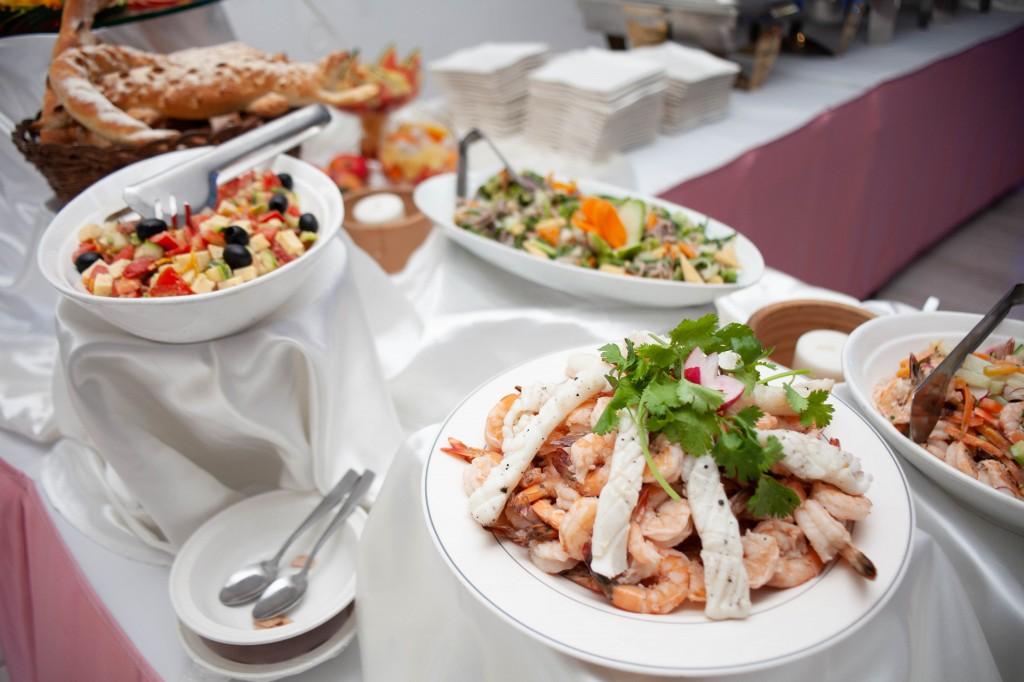 Ambiance-salle-buffet-espace-colonnades-Mariage-tahiana&kanto-photosary (7)