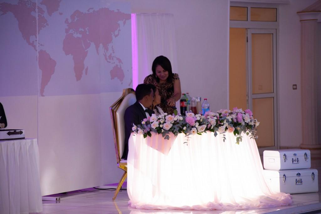 Ambiance-salle-buffet-espace-colonnades-Mariage-tahiana&kanto-photosary (8)