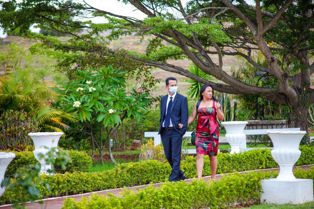 Arrivée-mariés-invités-espace-colonnades-Mariage-tahiana&kanto-photosary (3)