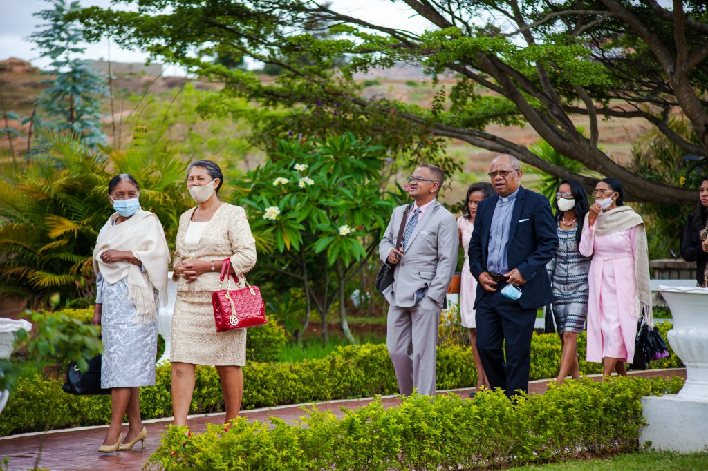 Arrivée-mariés-invités-espace-colonnades-Mariage-tahiana&kanto-photosary (4)