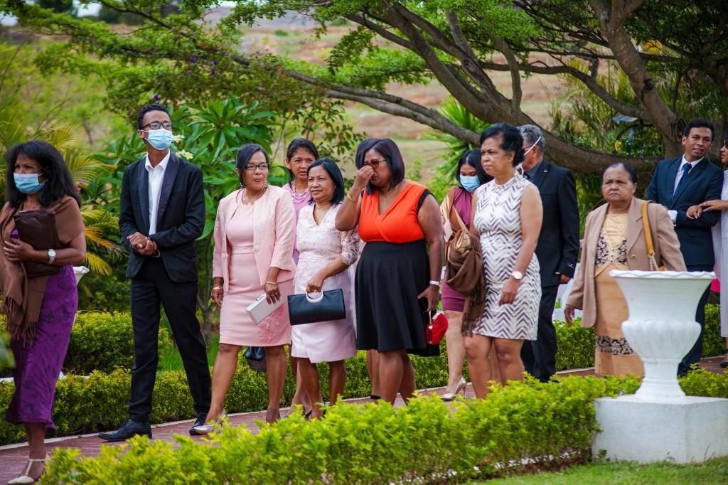 Arrivée-mariés-invités-espace-colonnades-Mariage-tahiana&kanto-photosary (6)