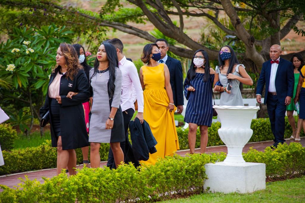 Arrivée-mariés-invités-espace-colonnades-Mariage-tahiana&kanto-photosary (7)