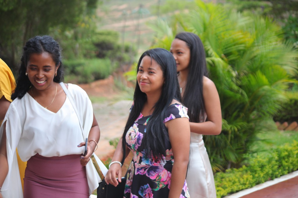 Arrivée-mariés-invités-mariage-colonnades-Rado & Mihanta (17)
