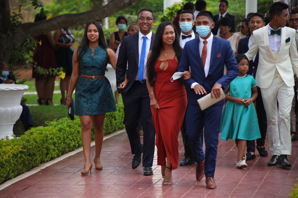 Arrivée-mariés-invités-mariage-colonnades-Rado & Mihanta (18)