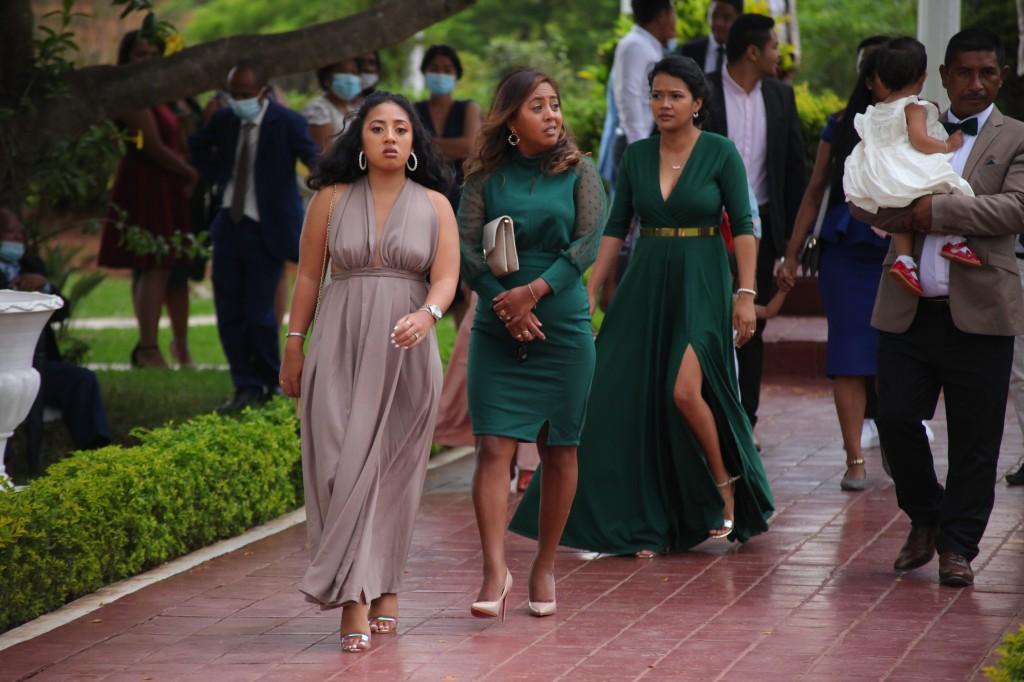 Arrivée-mariés-invités-mariage-colonnades-Rado & Mihanta (19)