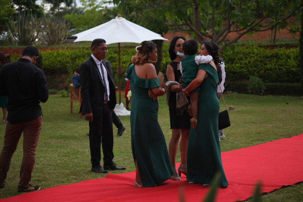 Arrivée-mariés-invités-mariage-colonnades-Rado & Mihanta (20)