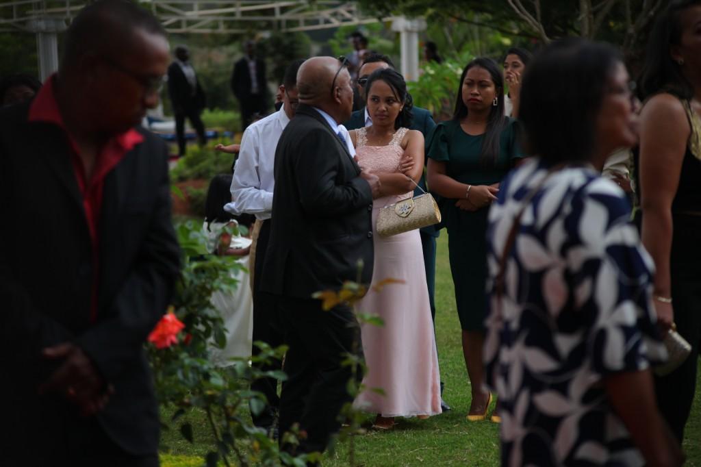 Arrivée-mariés-invités-mariage-colonnades-Rado & Mihanta (21)