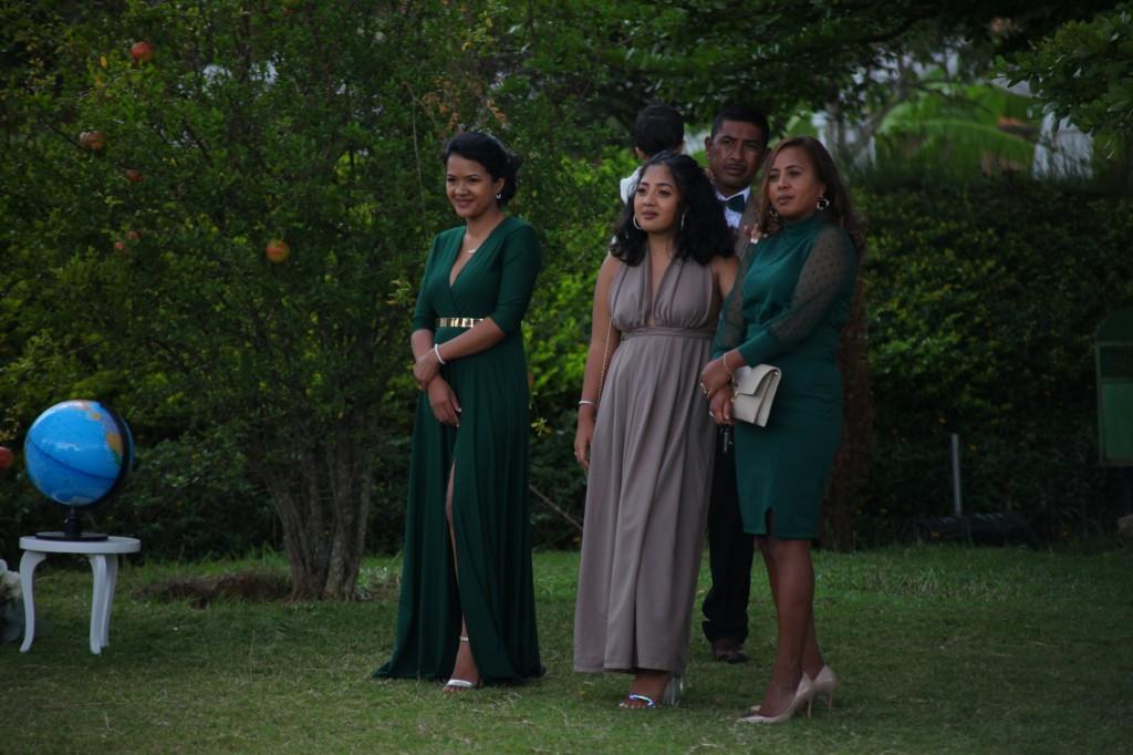 Arrivée-mariés-invités-mariage-colonnades-Rado & Mihanta (22)
