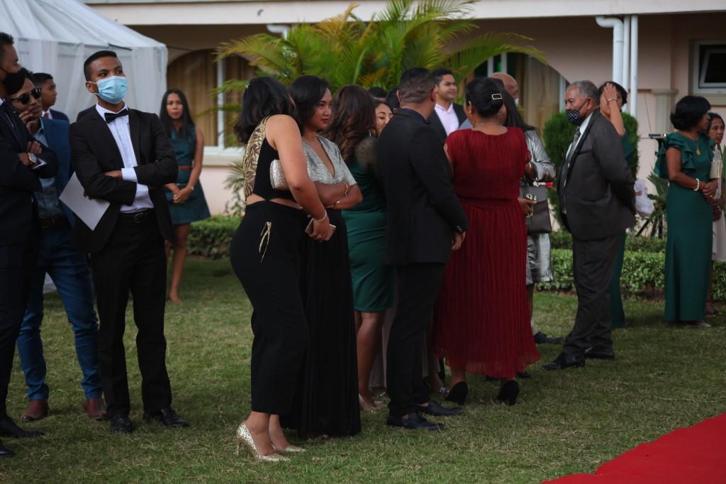 Arrivée-mariés-invités-mariage-colonnades-Rado & Mihanta (23)