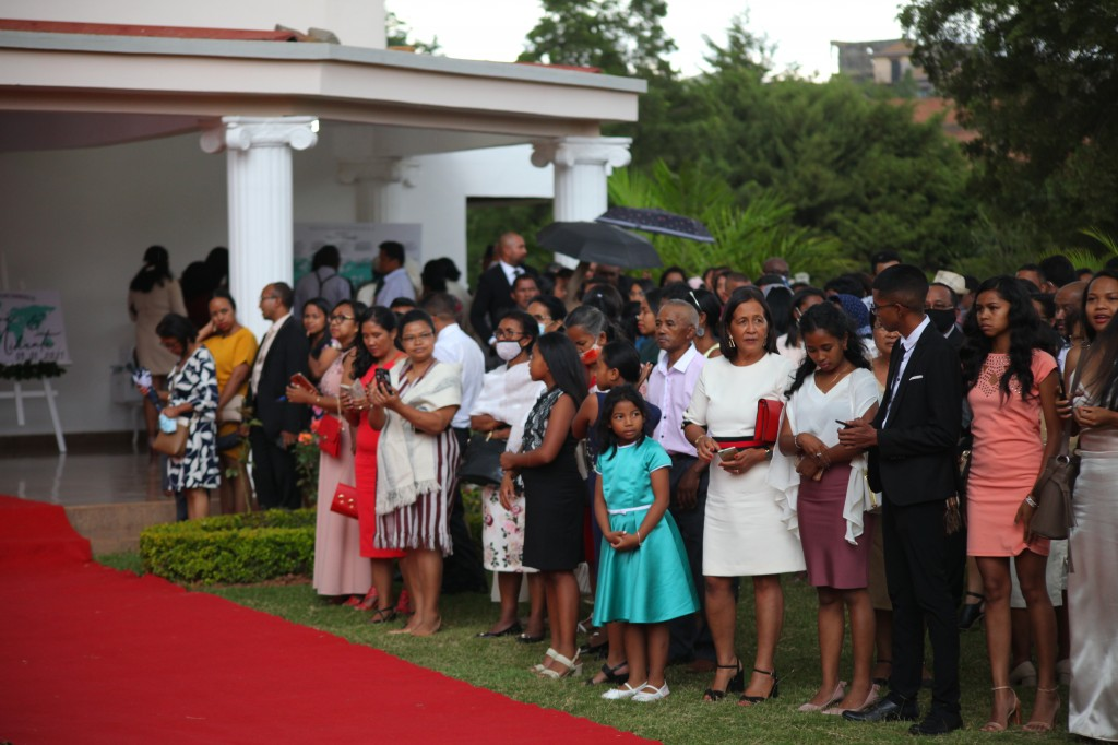 Arrivée-mariés-invités-mariage-colonnades-Rado & Mihanta (24)