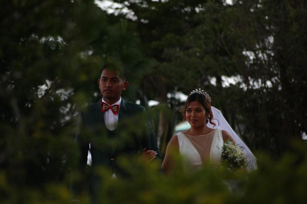 Arrivée-mariés-invités-mariage-colonnades-Rado & Mihanta (25)