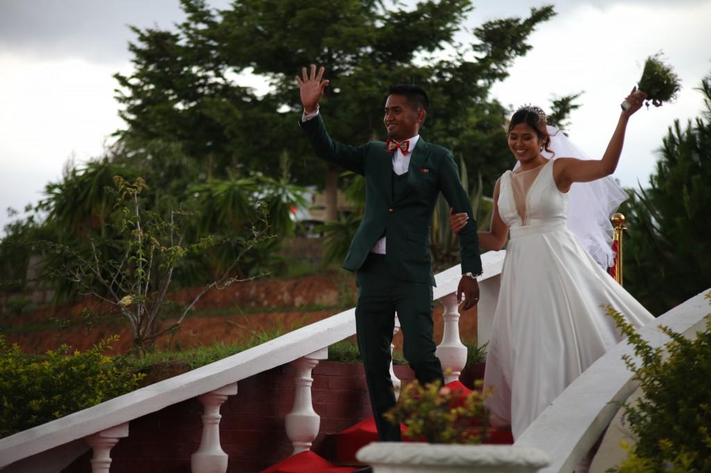 Arrivée-mariés-invités-mariage-colonnades-Rado & Mihanta (26)