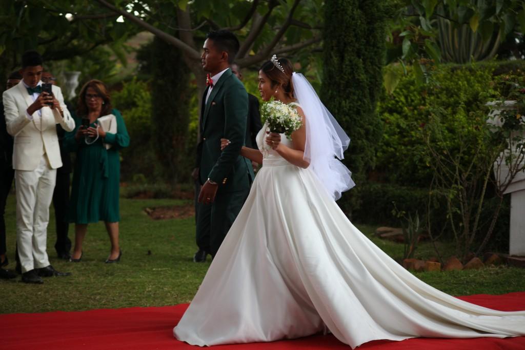 Arrivée-mariés-invités-mariage-colonnades-Rado & Mihanta (27)