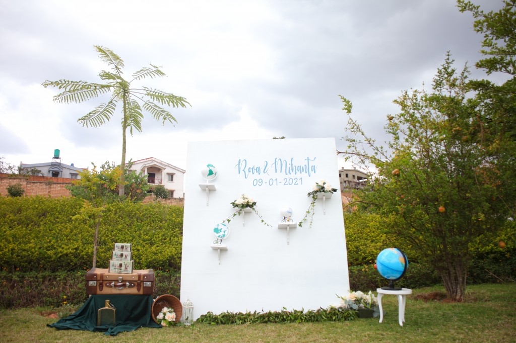 Décoration-éxtérieur-jardin-mariage-colonnades-Rado & Mihanta (1)