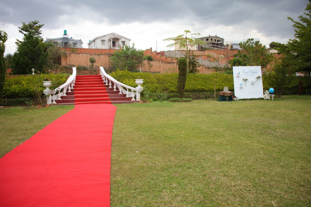 Décoration-éxtérieur-jardin-mariage-colonnades-Rado & Mihanta (3)