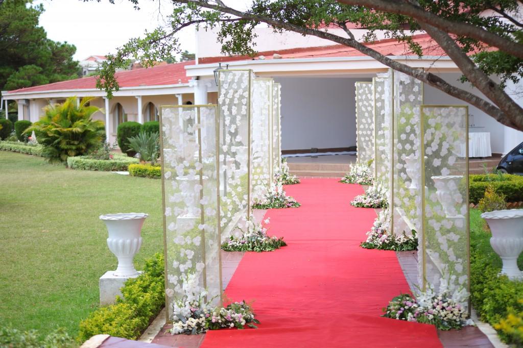 Décoration-extérieur-salle-réception-Colonnades-mariage-Joda-Sandrah (1)