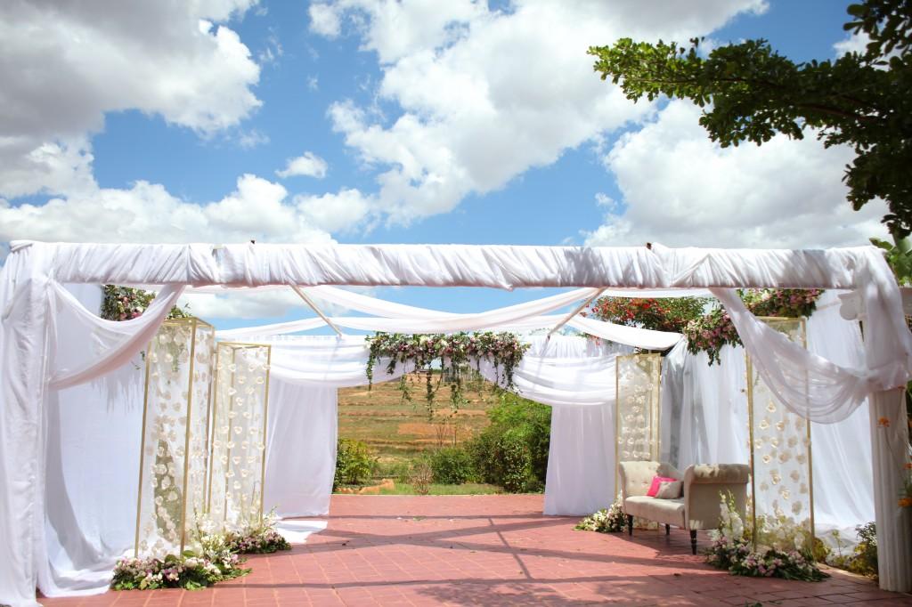 Décoration-extérieur-salle-réception-Colonnades-mariage-Joda-Sandrah (2)