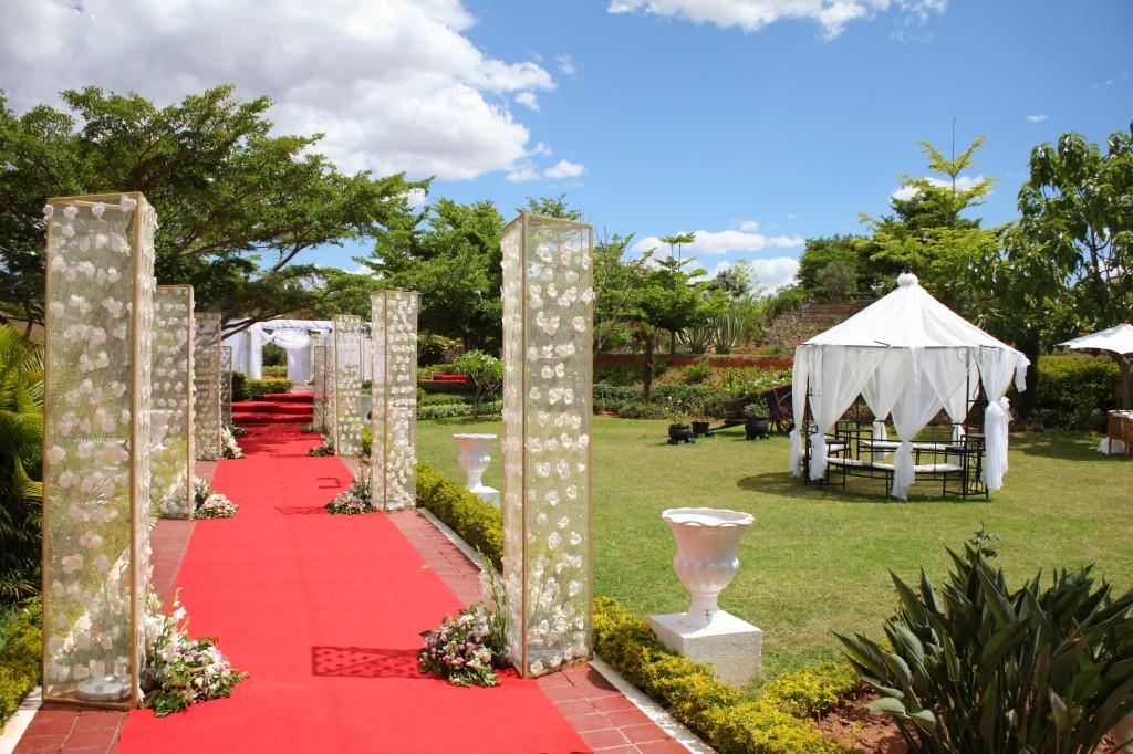 Décoration-extérieur-salle-réception-Colonnades-mariage-Joda-Sandrah (4)