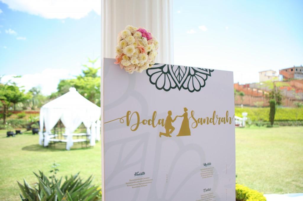 Décoration-extérieur-salle-réception-Colonnades-mariage-Joda-Sandrah (5)