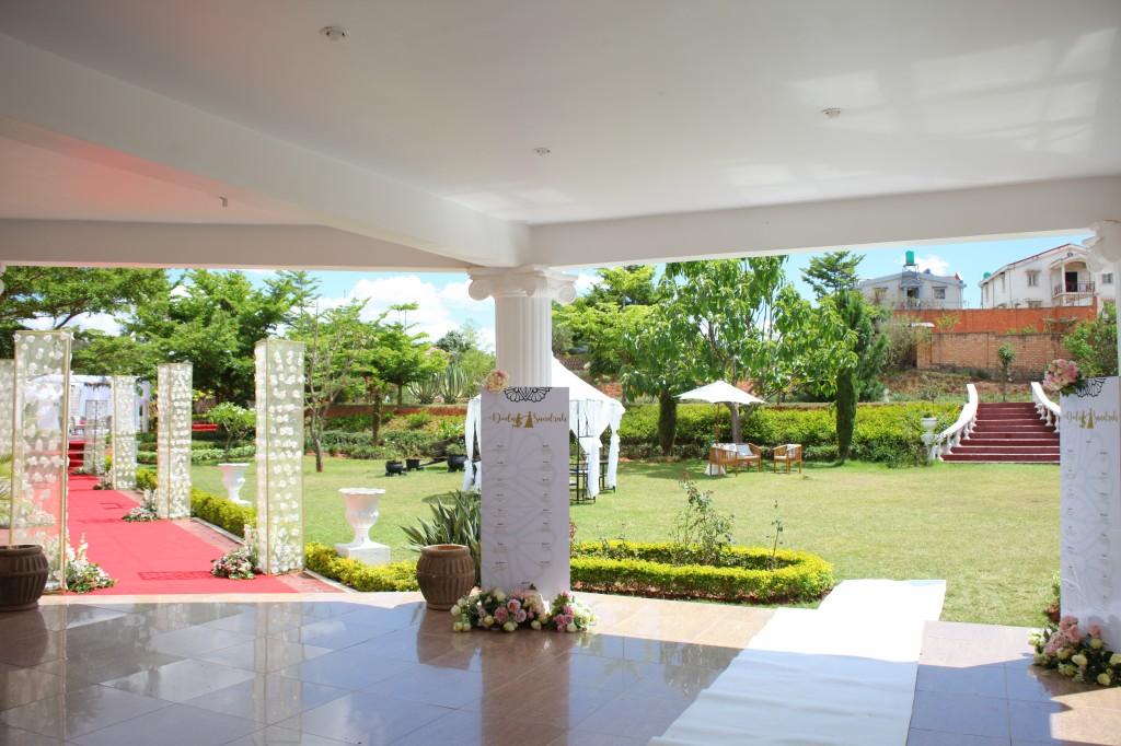 Décoration-extérieur-salle-réception-Colonnades-mariage-Joda-Sandrah (6)