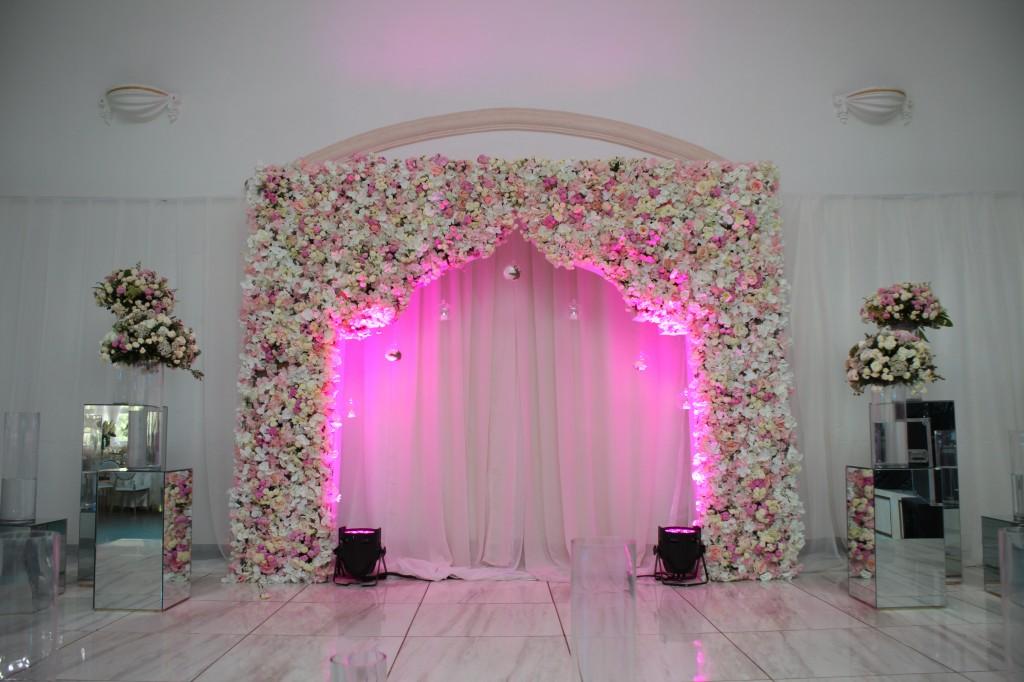 Décoration-salle-réception-Colonnades-mariage-Joda-Sandrah (4)