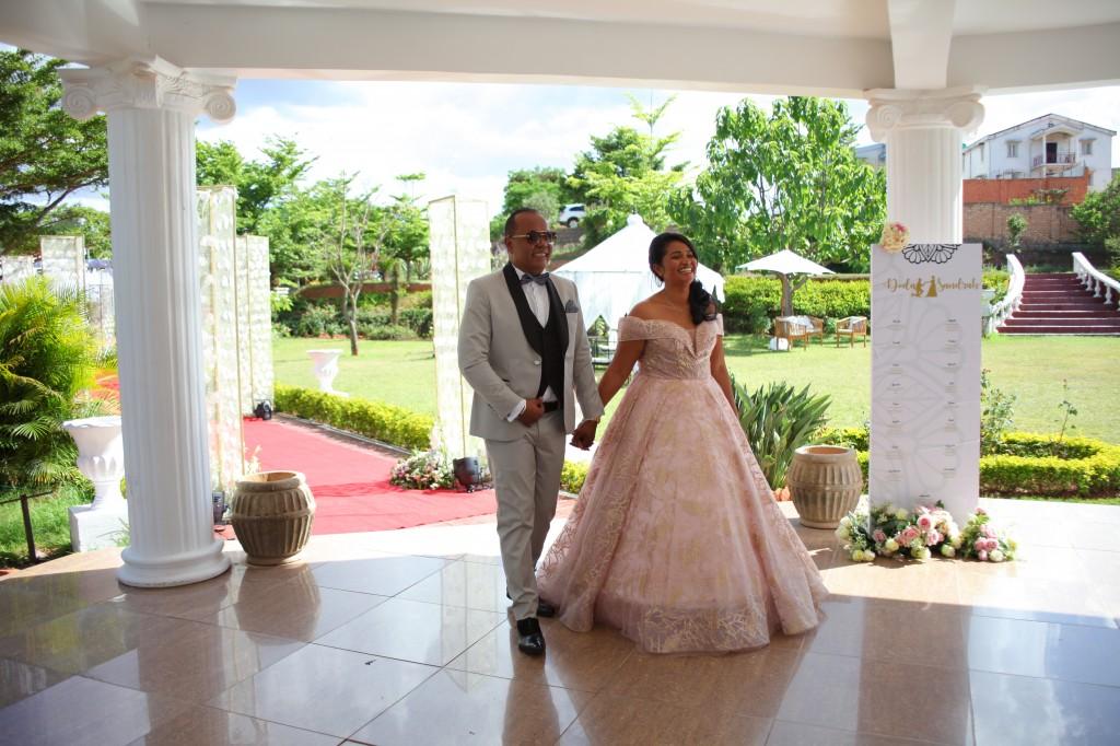 Entrée mariés-salle-réception-Colonnades-mariage-Joda-Sandrah (1)