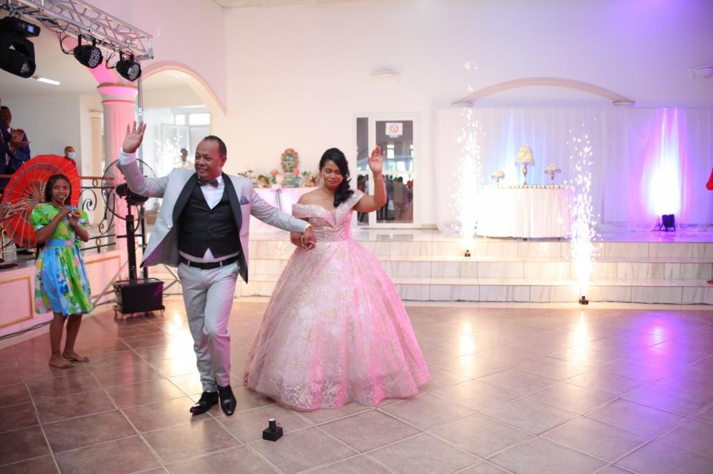Entrée mariés-salle-réception-Colonnades-mariage-Joda-Sandrah (3)