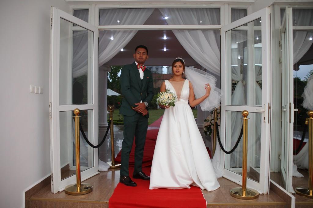 Entrée-mariés-salle-réception-mariage-colonnades-Rado & Mihanta (1)