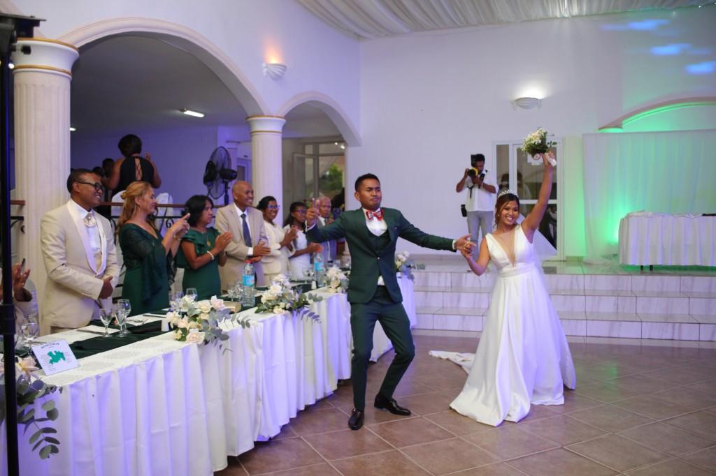 Entrée-mariés-salle-réception-mariage-colonnades-Rado & Mihanta (2)