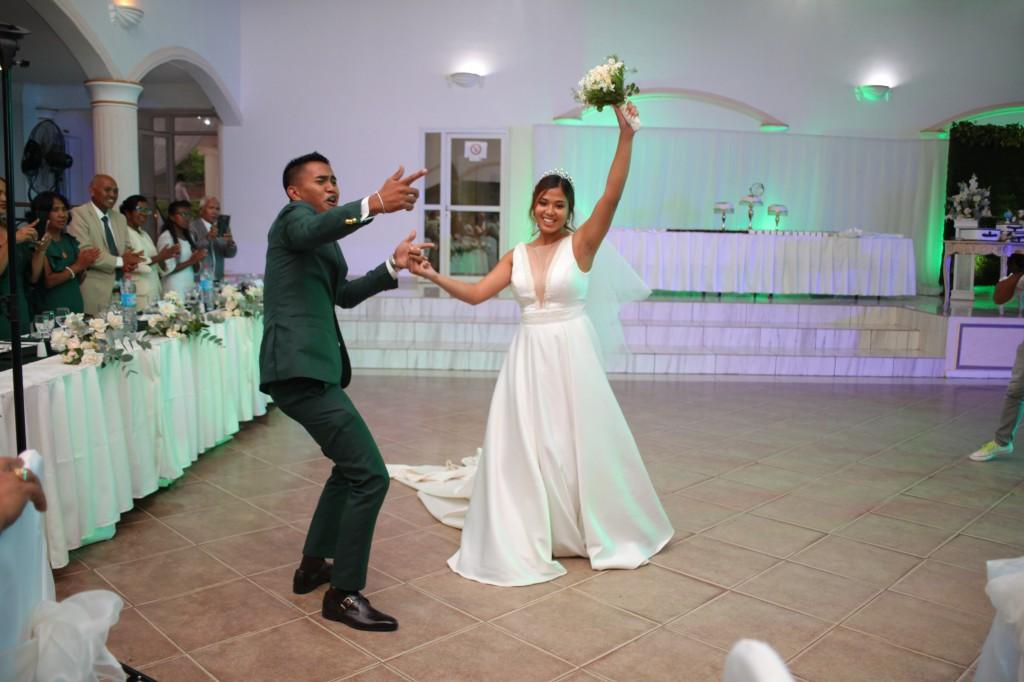 Entrée-mariés-salle-réception-mariage-colonnades-Rado & Mihanta (3)